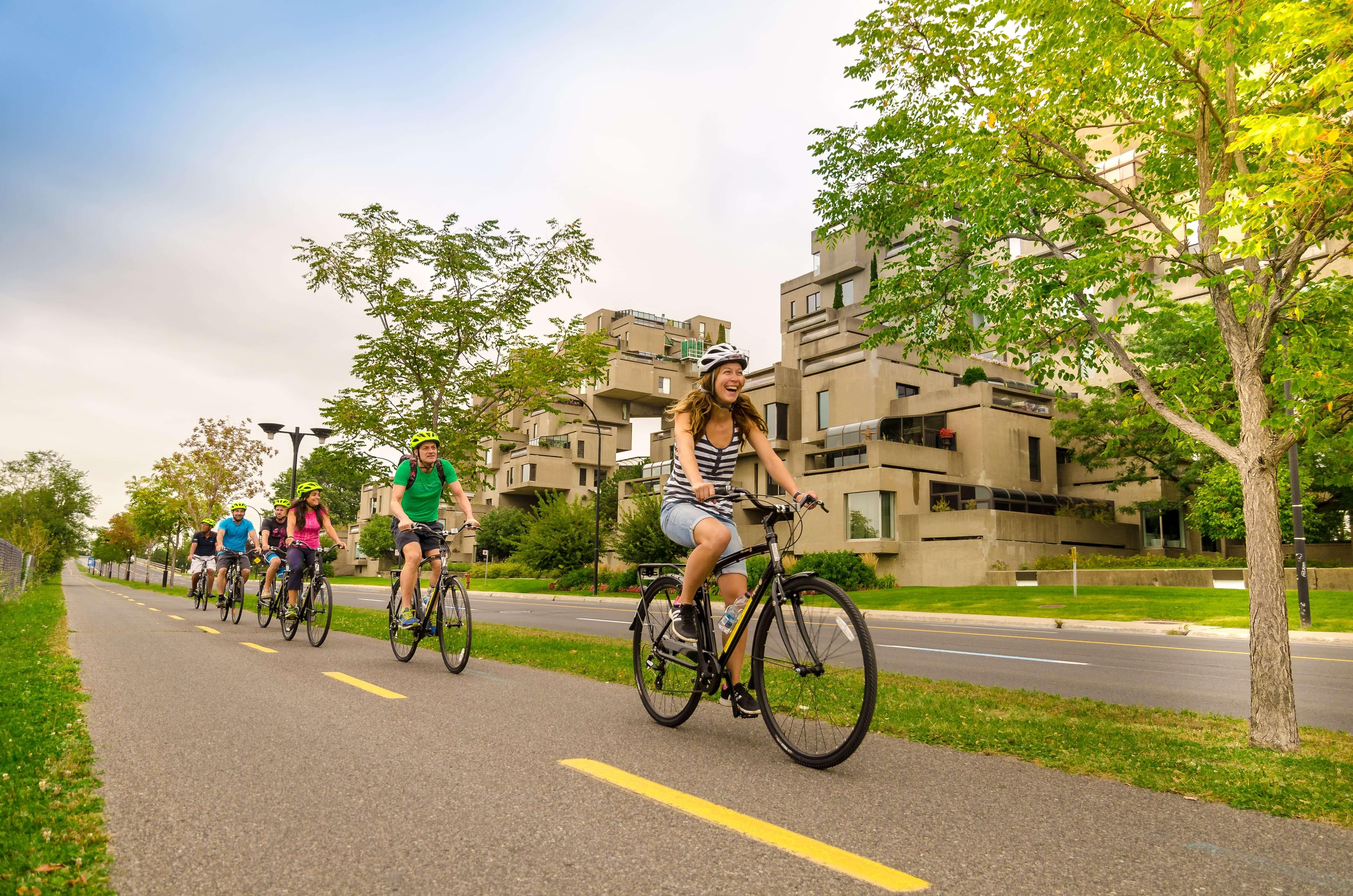 À vélo devant Habitat 67